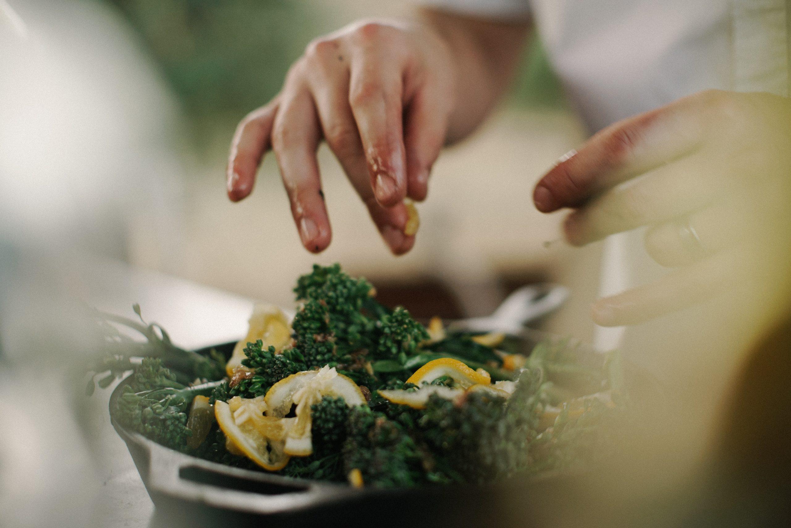 Beim Kochen mit Obst und Gemüse, Foto von Max Delsid auf Unsplash